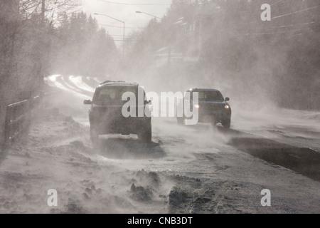 Conduire sur route Véhicules Douglas obscurci par 70 mph soufflant du vent et de la neige, Juneau, Alaska du Sud-Est, l'hiver