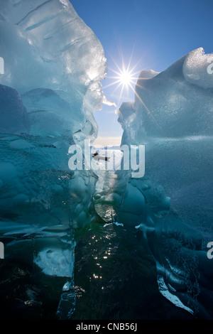 Kayakiste de mer vues grand icebergs dans Passage Stephens, Tracy Arm-Fords la terreur désert, le passage de l'Intérieur, Banque D'Images