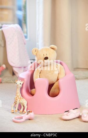 Un siège bébé avec l'ours en peluche et jouet girafe UK Banque D'Images
