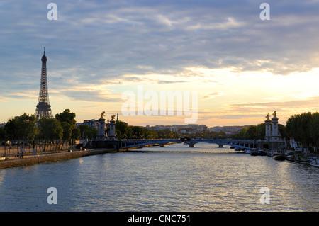 France, Paris, quais de Seine classés au Patrimoine Mondial par l'UNESCO, le Pont Alexandre III et la Tour Eiffel Banque D'Images