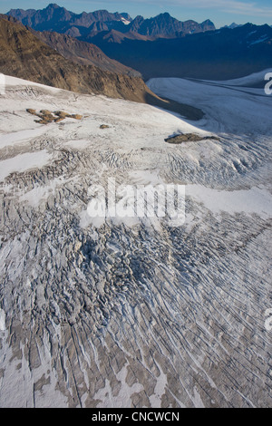 Vue aérienne de Glacier Eagle descendant dans la vallée de la rivière Eagle, Chugach State Park, Southcentral Alaska, Banque D'Images