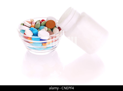 Soucoupe transparent et blanc bouteille avec de nombreux comprimés de couleur Banque D'Images