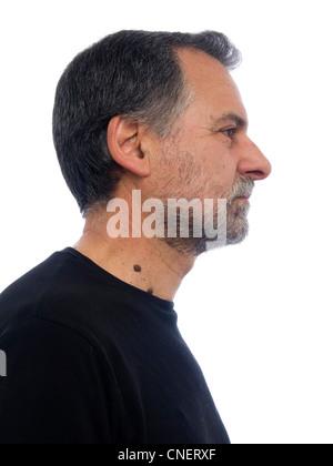Portrait de profil d'un homme d'âge moyen barbu