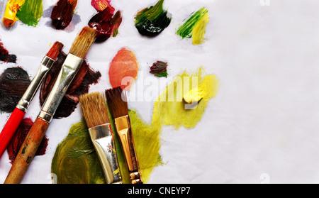 Pinceaux et différents pigments de peinture sur vieux papier with copy space Banque D'Images
