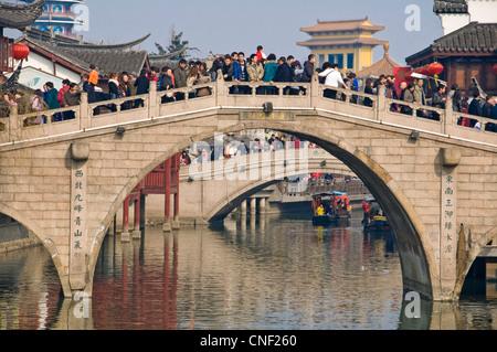 Pont en pierre traditionnelle pleine de chinois à Qibao ancient town pendant le Nouvel An chinois - Shanghai (Chine) Banque D'Images
