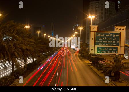 Trafic sur King Fahd Road, Riyadh, Arabie Saoudite Banque D'Images