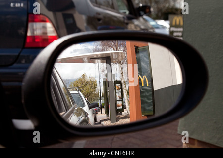 Wing mirror vue dans un restaurant McDonalds drive thru, Hertfordshire, Royaume-Uni Banque D'Images
