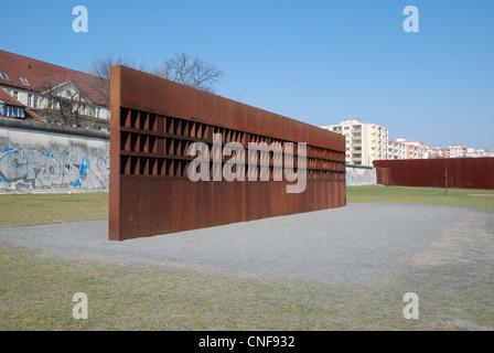La fenêtre du souvenir au Mémorial du Mur de Berlin, Berlin, Allemagne. Banque D'Images
