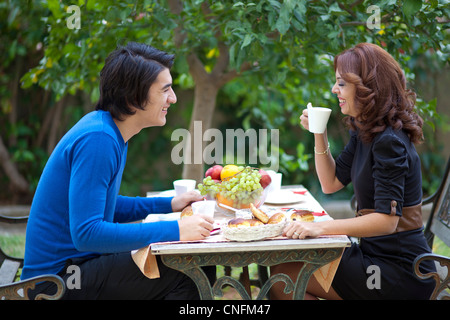 Attractive young couple ayant une bonne fois sur la date Banque D'Images