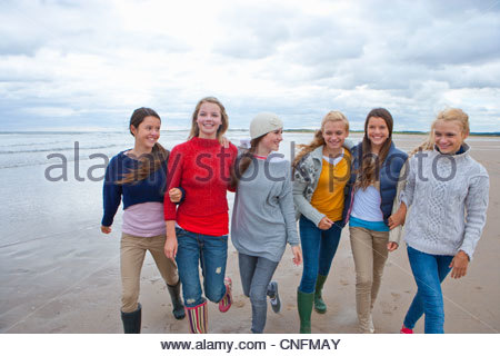 Teenage Girls walking on beach Banque D'Images