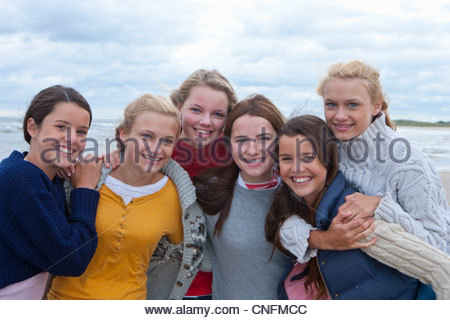 Portrait of smiling teenage girls on beach Banque D'Images