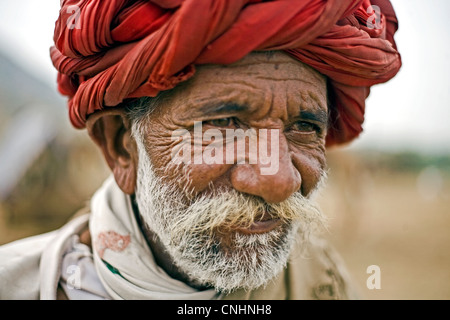 Vieil homme Rabari pendant Pushkar Camel Fair Banque D'Images