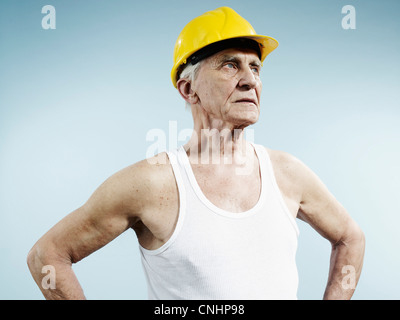 Un homme portant un casque de protection et tank top Banque D'Images