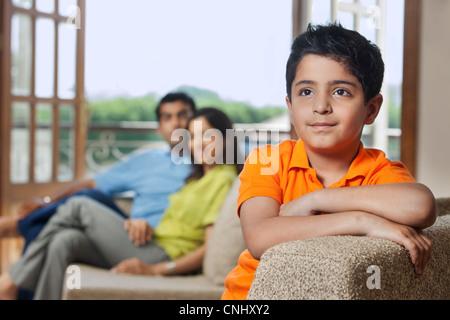 Jeune garçon sur un canapé Banque D'Images