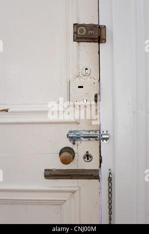 Porte avec nombreuses écluses et boulons Banque D'Images