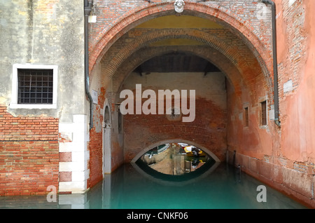 Campo Sant'Anzolo, Venise: l'endroit où Rio de S. Anzolo et Rio Malatin rencontrez. Banque D'Images