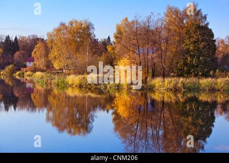 Paysage d'automne avec river en Russie. Banque D'Images
