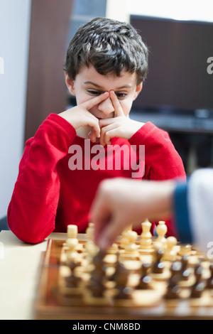 Closeup portrait of a school boy jouant aux échecs, selective focus