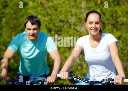 Portrait de deux jeunes gens à bicyclette Banque D'Images