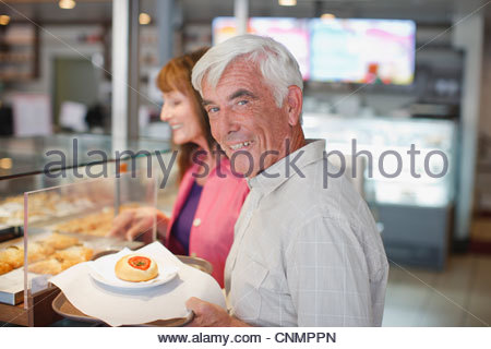 Vieux couple having lunch in cafe Banque D'Images
