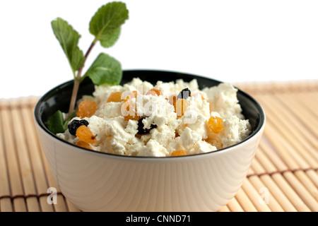 Cuvette ronde avec un délicieux fromage à la crème et au raisin. Isolated on white