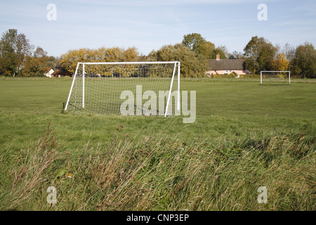 Poteaux de but sur un terrain de football du village, le Carnser, Mellis, Commune Mellis, Suffolk, Angleterre, octobre
