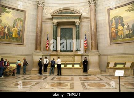 Les touristes de l'affichage de documents et de l'art dans la rotonde, Archives nationales, Washington DC USA