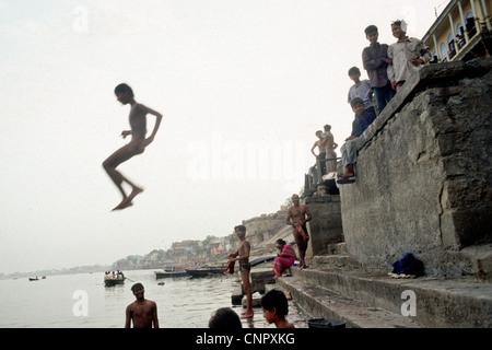 Jeune Indien sauter sur le Gange à l'ancienne ville indienne de Bénarès (Varanasi), de l'Uttar Pradesh, Inde. Banque D'Images