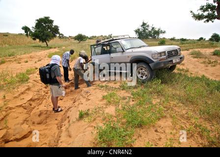 Les sections locales et le tourisme ou le travail sur la fixation d'une jeep dans le comté de Dogon, au Mali. Banque D'Images
