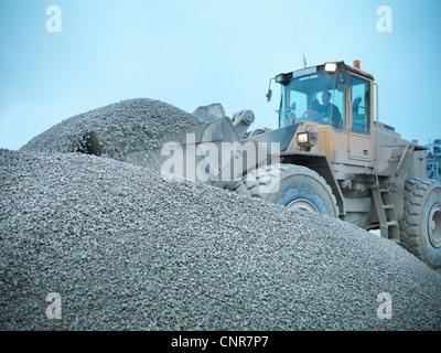 Carrière de travailleur à pelleter rock avec digger