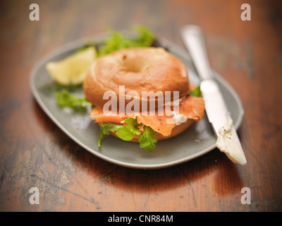 Rouleau avec du fromage à la crème et saumon Banque D'Images