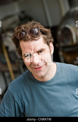 L'homme portant des lunettes sur sa tête Banque D'Images