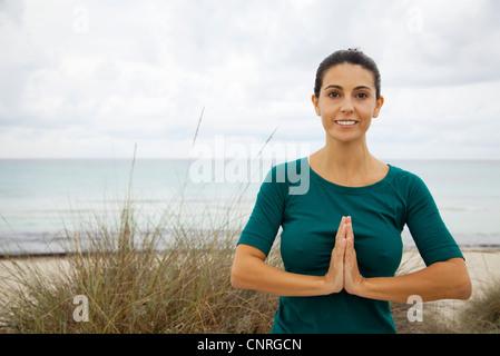Young woman on beach, portrait Banque D'Images