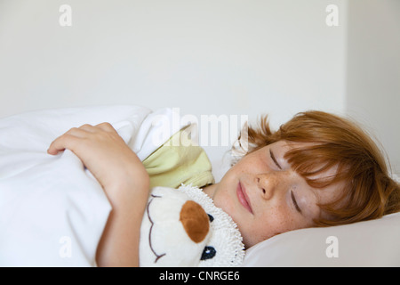 Boy sleeping in bed Banque D'Images