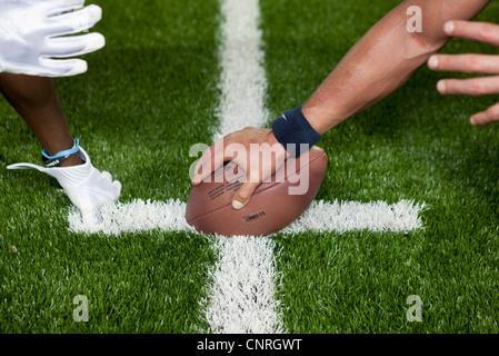 Les joueurs de football à la ligne de mêlée, cropped