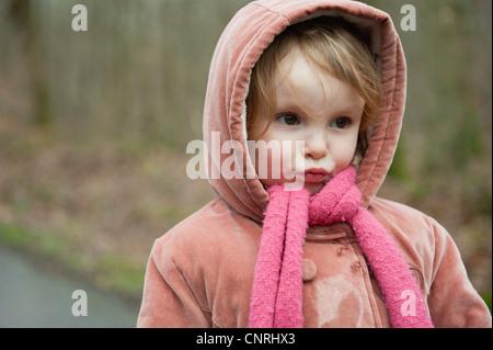 Petite fille faisant face, portrait Banque D'Images