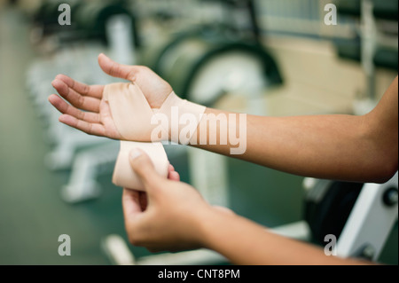 Woman wrapping hand avec bandage, cropped Banque D'Images