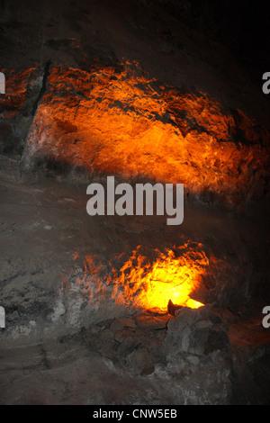 Tunnel dans la roche volcanique lave incandescente, éclairée par des îles Canaries, Lanzarote Banque D'Images