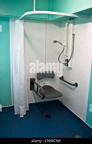 Moderne Neuf Personnes Mobilit Rduite Douche Assis Dans Une Salle Dhpital