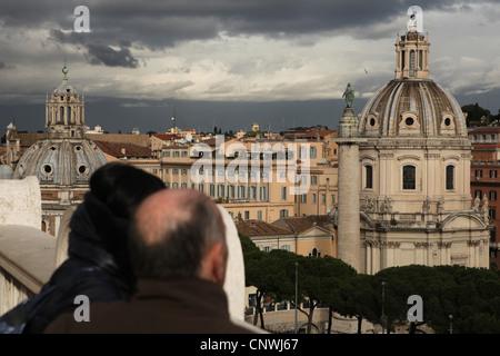 La Colonne Trajane vu depuis le point d'observation au Monument à Victor Emmanuel II sur la Piazza Venezia à Rome, Banque D'Images