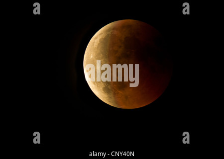 Eclipse de Lune avec le globe lunaire redishly chatoyantes dans un ciel sans nuages, l'Allemagne, la Bavière Banque D'Images