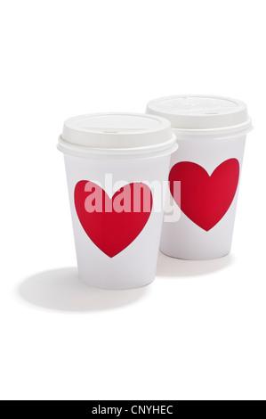 Boissons à emporter deux tasses avec de l'amour rouge coeur sur eux Banque D'Images