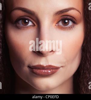 Face closeup portrait de beauté d'une femme avec de beaux yeux dans la trentaine