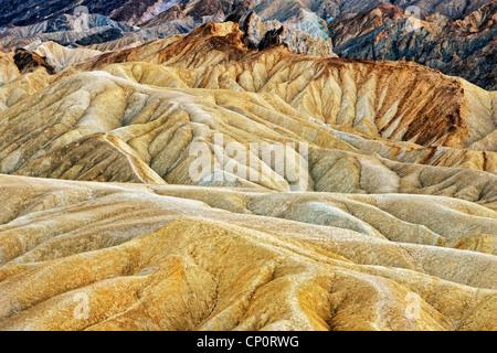 Le soleil cuit et de nombreuses teintes de badlands Golden Canyon in California's Death Valley National Park. Banque D'Images