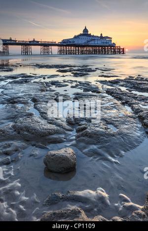 La jetée d''Eastbourne capturé peu après le lever du soleil Banque D'Images