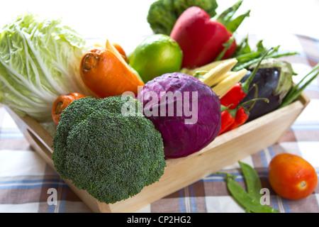 Variétés de légumes dans un bac en bois Banque D'Images