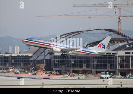 Un Boeing 737-823 d'American Airlines décolle de l'aéroport de Los Angeles le 24 avril 2012. C'est un 737-700 étiré