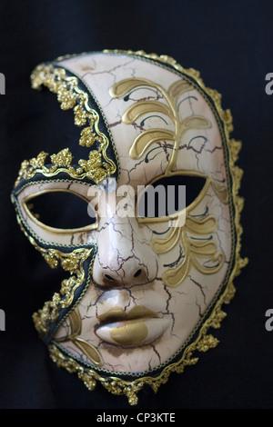 Masque de carnaval vénitien sur fond noir Banque D'Images