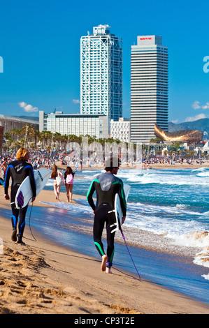 Deux hommes blancs surfeurs de la marche sur la plage de la Barceloneta, Barcelone, Catalogne, Espagne