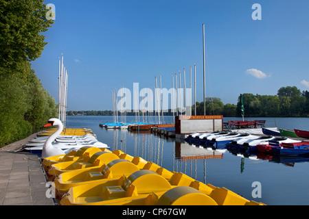 Pédalos à jaune, un lac artificiel Maschsee à Hanovre, Basse-Saxe, Allemagne Banque D'Images